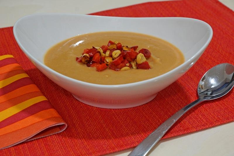 Rote Linsen-Kokos-Suppe mit pikantem Cashew-Paprikatopping