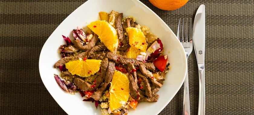 Zarte Rindersteakstreifen auf Radicchio Salat mit Couscous und Orangenvinaigrette