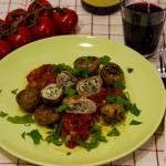 Italienische Kalbsinvoltini mit Oliven-Ricotta-Füllung auf Tomatensauce und scharfen Kartöffelchen