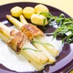 Spargel-Puten-Päckchen mit Estragonschaumsauce und Kartoffeln