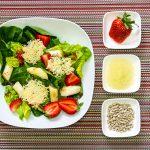 Gebratener Spargel mit Parmesantalern und cremig-fruchtigem Erdbeerdressing auf Salatbett