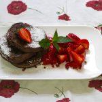 Schokoladen-Pancakes mit gepfefferten Erdbeeren