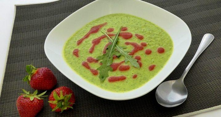 Rucolacremesuppe mit Erdbeer-Walnuss-Öl