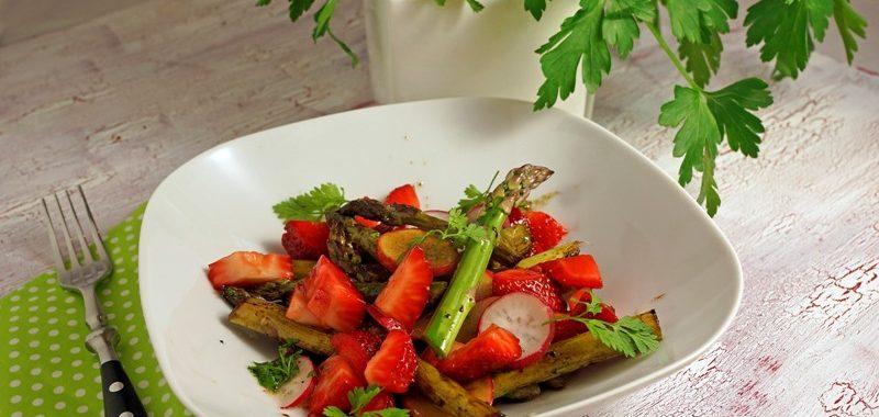 Spargel-Erdbeer-Salat mit Radieschen und Kerbel-Vinaigrette