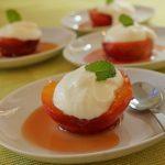 Amaretto-Pfirsiche mit cremigem Limettenjoghurt