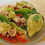 Tacos im Salatblatt mit Seelachs, Lima Bohnen und Avocado-Pfirsich-Dip