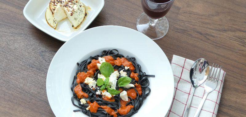 Sepia-Spaghetti mit gebackenem Ricotta und Röstpaprika Salsa