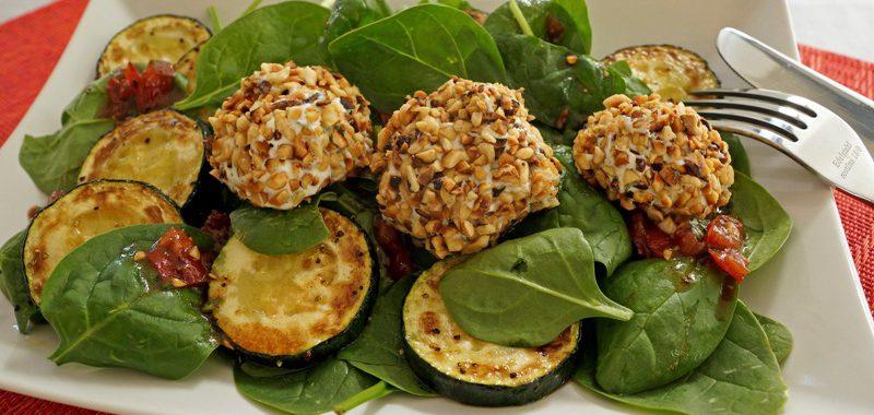 Ziegenfrischkäse-Pralinen auf Babyspinat mit gebratener Zucchini