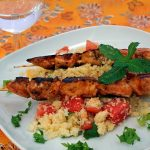 Melonen-Couscous an Hähnchenspießen in Honig-Rum-Marinade