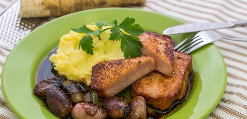 Kasseler an würzigem Kartoffel-Meerrettich-Stampf mit karamellisierten Balsamico Schalotten