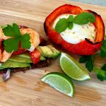 Grillbrot mit Avocado, Garnelen und Tomatensalsa
